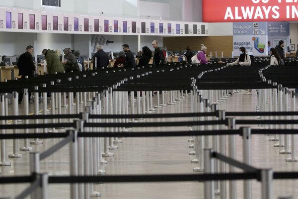 Viedenské letisko Schwechat zatiaľ obmedzene funguje.