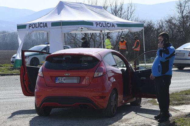 Policajná kontrola áut na novom priechode Milhosť-Tornyosnémeti na slovensko-maďarskej hranici  v okrese Košice - okolie.