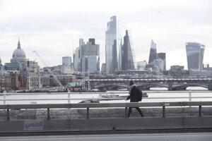 Žena kráča po prázdnom moste Waterloo Bridge v Londýne.