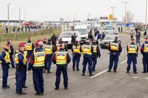 Policajti blokujú cestu na uzavretom rakúsko-maďarskom hraničnom priechode pri Hegyeshalome.