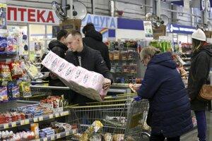 Zákazník vykladá toaletný papier z nákupného koša pri pokladni v obchode v sibírskom meste Kemerovo.