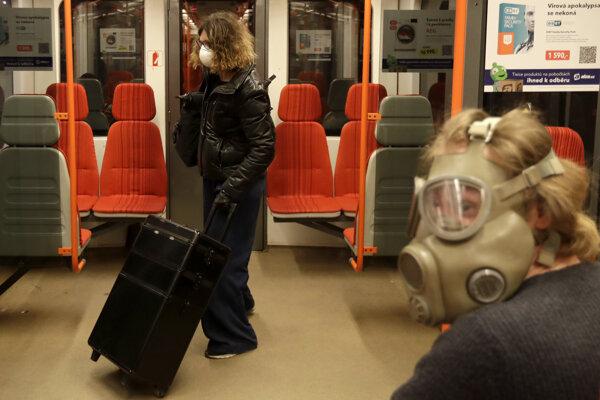 Muž so starou vojenskou plynovou maskou na tvári z dôvodu šíriaceho sa koronavírusu v metre v Prahe 17. marca 2020.
