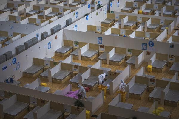 Dezinfekcia provizórnej nemocnice po ukončení prevádzky v čínskom meste Wu-chan.