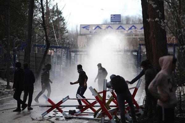 Grécke bezpečnostné sily používajú slzný plyn proti migrantom, ktorí hádžu kamene. Turecko-grécka hranica v meste Pazarkule 11. marca 2020.