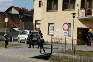 Štátna polícia pred poštou v obci Kluknava. Dovnútra púšťali po jednom, dvoch ľudí.