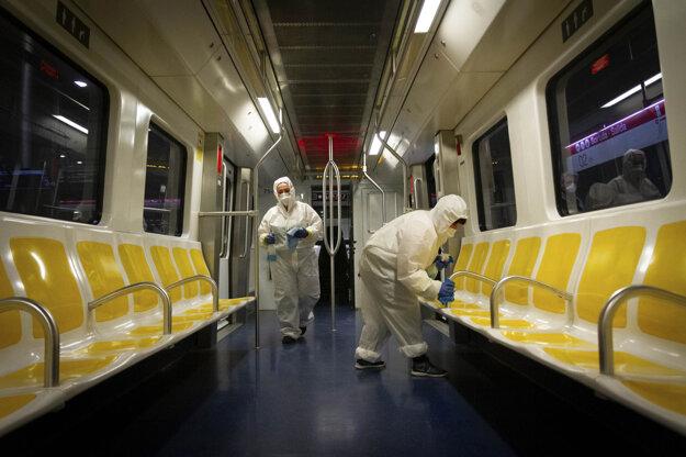 Zamestnanci dezinfikujú vagón metra v Palma de Mallorca v Španielsku.