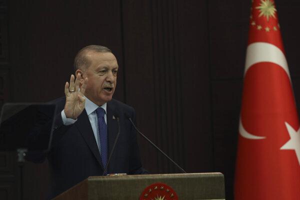 Turecký prezident Recep Tayyip Erdogan v stredu naliehal na Turkov, aby v nasledujúcich troch týždňoch opúšťali svoje domovy iba v nevyhnutných prípadoch.
