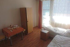 Izba v štátnej ubytovni pri Gabčíkove.