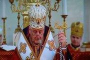 Arcibiskup Ján Babjak počas liturgie vysielanej prostredníctvom televízie v prázdnom chráme.