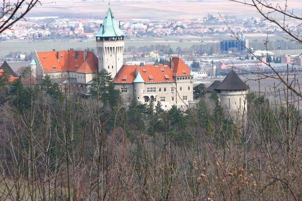 Pohľad z Molpíru na zámok v Smoleniciach.