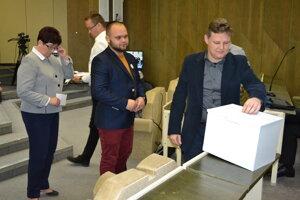Poslanci Tomáš Šudík (vľavo) a Martin Ruščanský počas hlasovania na mestskom zastupiteľstve.