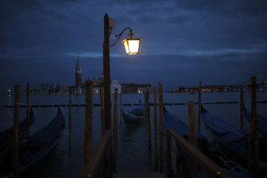 Zaparkované gondoly v talianskych Benátkach 3. marca 2020.
