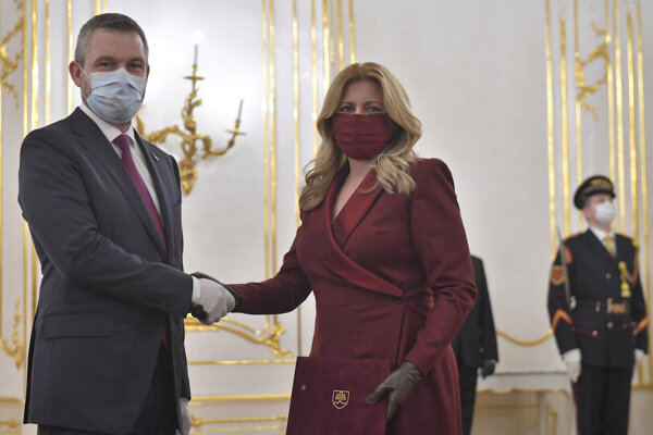 Prezidentka Čaputová prijíma od odchadzajúceho predsedu vlády SR Petra Pellegriniho demisiu vlády.