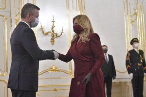 Prezidentka  SR Zuzana Čaputová prijíma od odchadzajúceho predsedu vlády SR Petra Pellegriniho demisiu vlády.