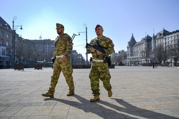 Vojaci na námestí v Debrecíne.