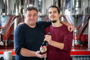 Zsolt Sütő (vľavo) z vinárstva Strekov 1075 a Matej Pätoprstý z pivovaru Shenk spolu vyrábajú spontánne kvasené kyslé pivo S.