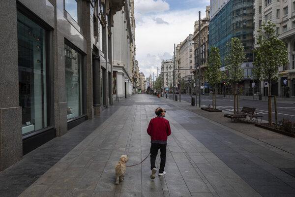 Pes sa stáva priepustkou na prechádzku v prázdnych uliciach Madridu.