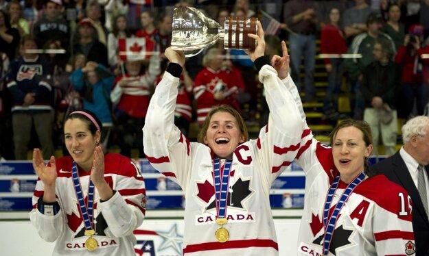 Hayley Wickenheiserová (v strede) postoj vedenia MOV kritizovala, bývalá kanadská hokejistka je členka komisie športovcov MOV.