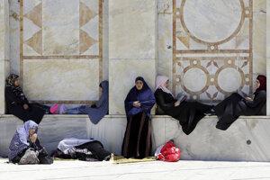 Palestínske moslimky čakajú na modlitby pred mešitou al-Aksá v Jeruzaleme.