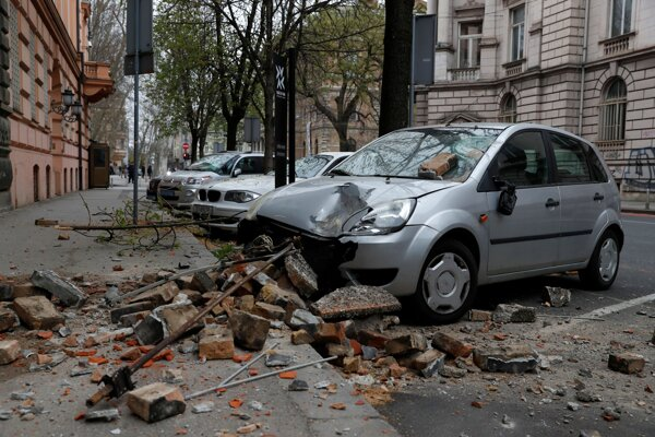 Auto zničené popadanými troskami na ulici po zemetrasení v Záhrebe 22. marca 2020.