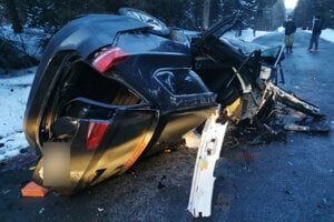 Mladý vodič ostal v zdemolovanom aute.