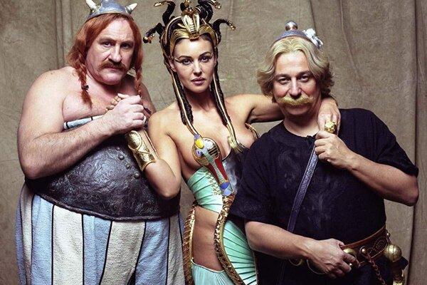 Gérard Depardieu, Monica Bellucci a Christian Clavier ako Obelix,Cleopatra a Asterix.