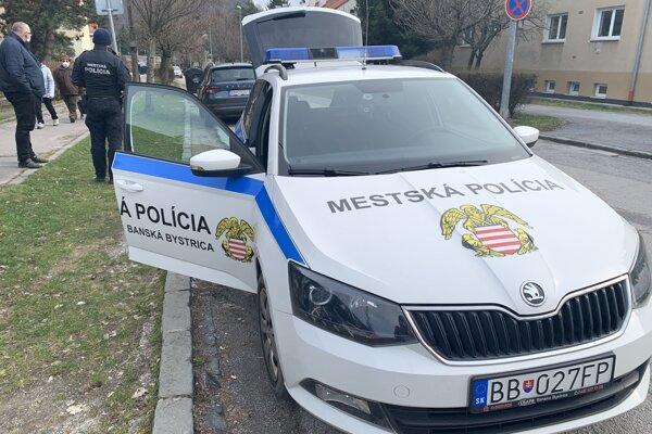 Pomoc osamelým seniorom zabezpečuje aj mestská polícia.
