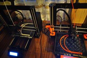 Výroba časti štítu na 3D tlačiarni.