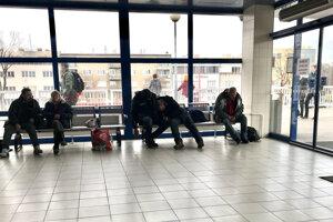 Ľudia bez domova sa často zdržiavajú na vlakovej stanici v Trnave.