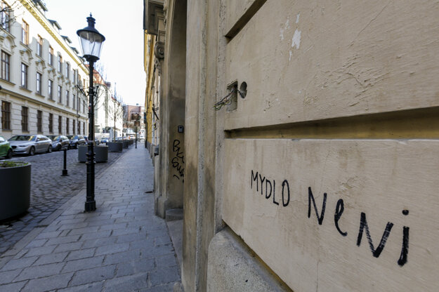 Nápis na fasáde domu na prázdnej Klobučníckej ulici v Bratislave.