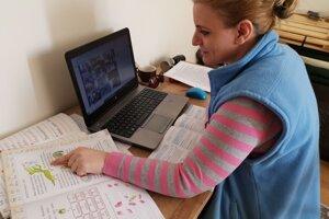 Cez spoločný videohovor môže deťom vysvetliť učivo aj skontrolovať ich pokroky v čítaní.