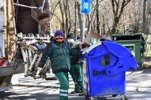 Hoci je karanténa, odpadky sa odviezť musia.