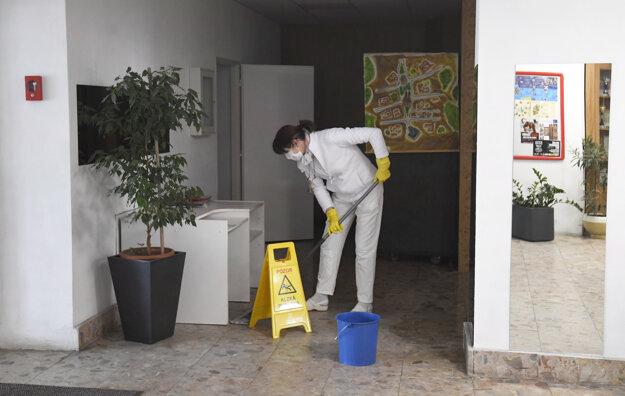 Hotelová akadémia v Košiciach pripravuje školský internát a hotelovú časť pre ubytovanie zdravotníckych pracovníkov, zmluvu podpísali s košickou záchrankou, povedal riaditeľ Radko Rakušan.
