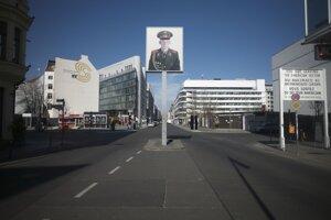 Vyľudnený Checkpoint Charlie v Berlíne.