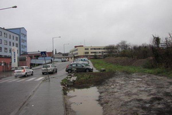 Nevyužitý pozemok pri nemocnici by sa mohol zmeniť na parkovisko.