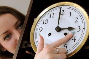 V nedeľu sa posúvajú hodiny z 2:00 na 3:00.