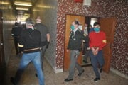 Eskorty odvádzajú 16 odsúdených späť do väznice.