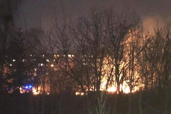 Na Popradskej ulici vypukol rozsiahly požiar.