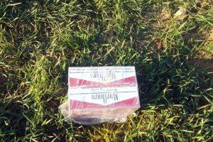 Cigarety boli nájdené uprostred poľa.