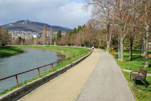 Prázdna cyklotrasa a chodník popri rieke Nitra.