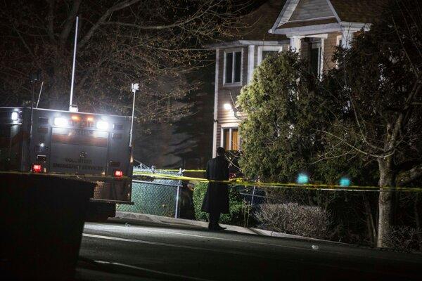 Ultraortodoxný žid stojí pred domom po útoku nožom 29. decembra 2019 v americkom Monsey.