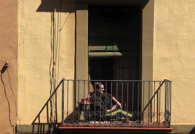 Muž sleduje pohyb na ulici.
