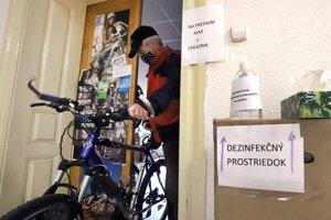 Upozornenie a dezinfekčný prostriedok pred vchodom do servisu bicyklov vo Zvolene.