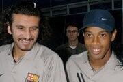 Recber Rüstü (vľavo) a Ronaldinho. Bolo to v roku 2003, keď Púchov v rámci Pohára UEFA privítal v Trnave slávnu Barcelonu.