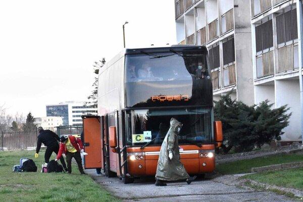 Tri autobusy priviezli do Košíc občanov Slovenska z Anglicka.