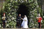 Britský princ Harry a  Meghan Markleová odchádzajú po sobáši v Kaplnke sv. Juraja na kráľovskom zámku vo Windsore.