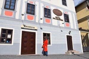 Kvôli koronavírusu prichádzajú o príjmy aj hotelieri a majitelia kaviarní.