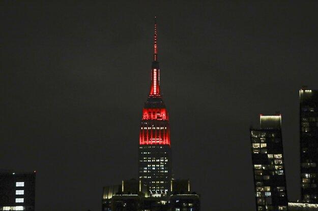 Pohľad na budovu Empire State Building vysvietenú v červeno-bielych farbách na podporu zdravotníckeho personálu v New Yorku.