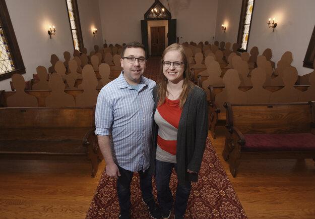 Dvojica mala mať na svoju svadbu pozvaných 150 hostí. Pandémia nového koronavírusu ich prinútila zredukovať počet ľudí na minimum. Lavice v kostole počas svadby tak vyplnia 100 kartónovými výrezmi rodiny a priateľov