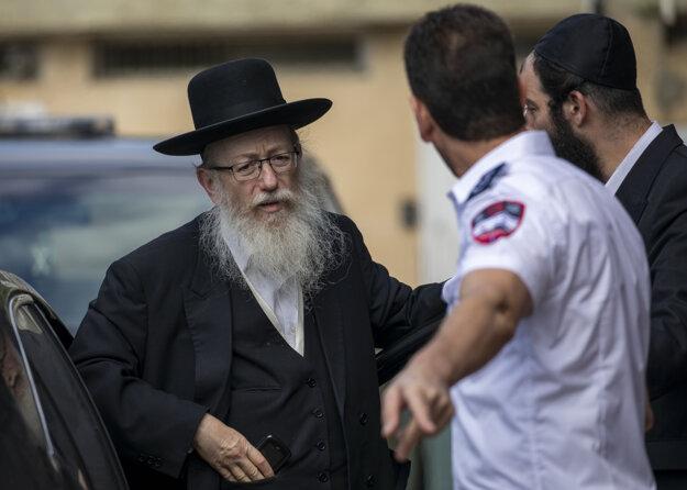 Izraelský minister Jaakov Litman prichádza do odberového stanu v Tel Avive.